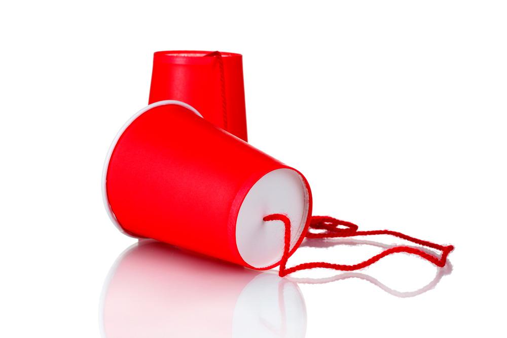 teléfono con vasos de plástico